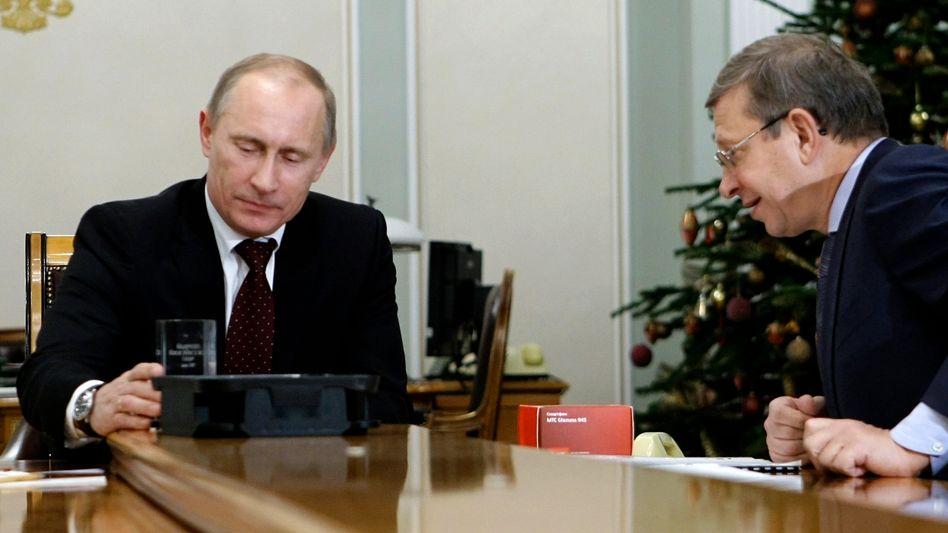 Ein Bild aus besseren Tagen: Putin und Unternehmer Jewtuschenkow (Archiv 2010)