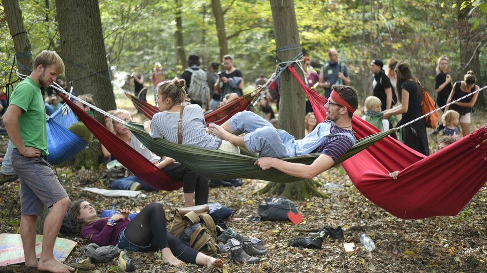 Nach dem Rodungsstopp und einer Großdemonstration am Wochenende haben Aktivisten im Hambacher Forst nun begonnen, den Wald erneut zu besiedeln