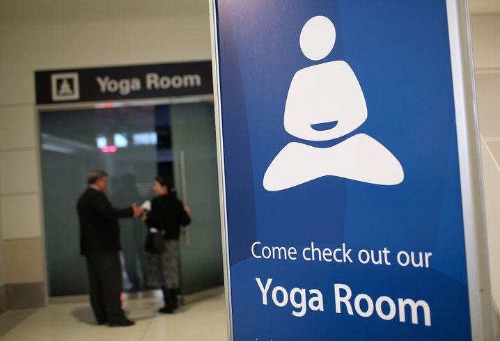 Stille und In sich Versenken: Yoga mag dem Einzelnen helfen, zur Ruhe zu kommen. Doch ganzen Gruppen, gerade unruhigen Gruppen wie Investoren? Die meisten Yogi dürften an deren Zappeligkeit verzweifeln