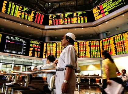 Spiegel der Wirtschaft: An Malaysias Börse in Kuala Lumpur verfolgen Anleger aufmerksam die Partnersuche des Autokonzerns Proton