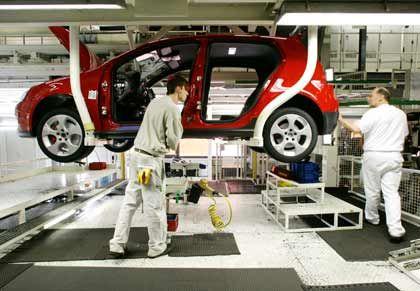 Chef geht: Mitarbeiter im Werk Wolfsburg bei der Golf-V-Montage