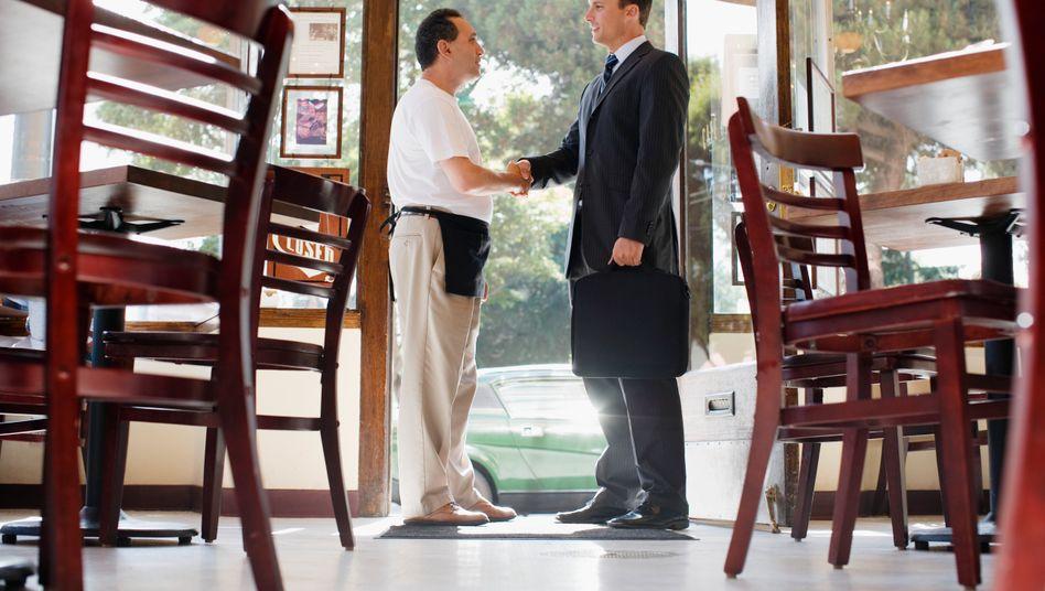 Der eine kocht, der andere isst: Es könnte so einfach sein. Ist es aber nicht immer. Die Beziehung zwischen Service und Gast können kompliziert sein.
