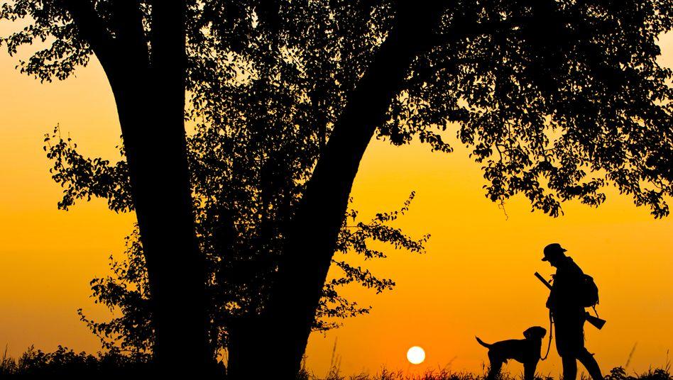 Jäger mit Hund: Auch hierzulande erschießt manch einer hin und wieder mal ein Tier
