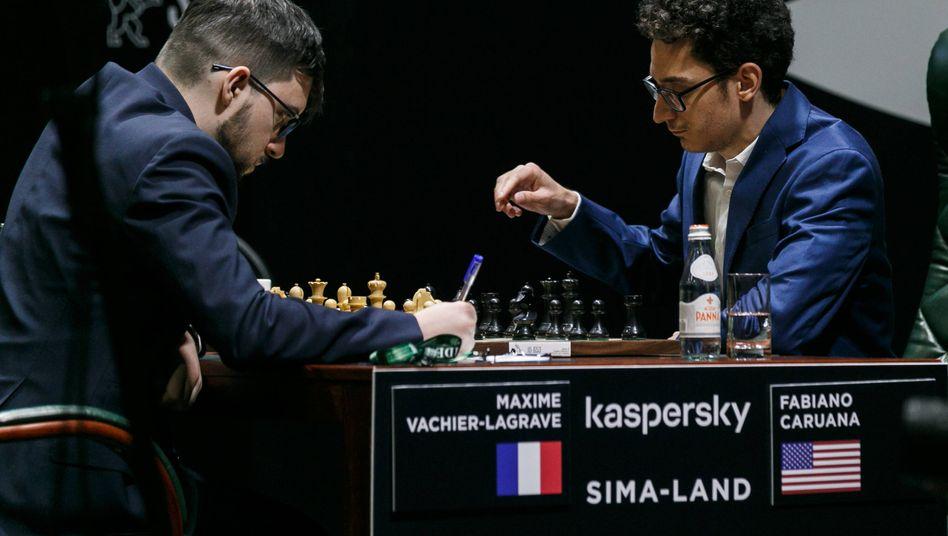 Entscheidung vertagt: Die Großmeister Vachier-Lagrave (l.) und Caruana bei der Arbeit - das Kandidatenturnier in Russland wurde jetzt abgebrochen.