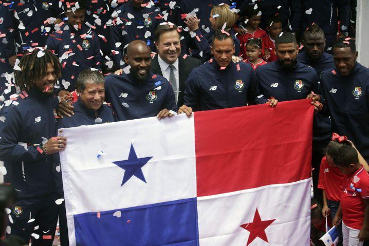 Panamas Präsident Juan Carlos Varela (Mitte) verabschiedet die Mannschaft nach Russland