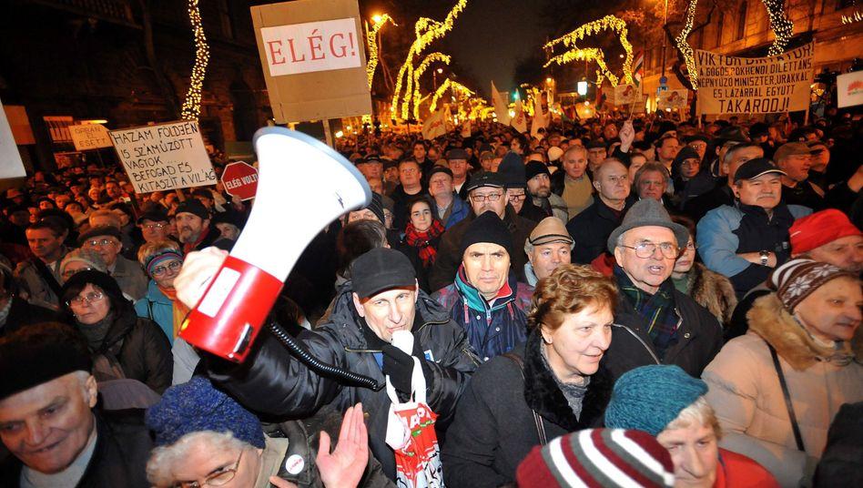 Ungarn dem Weg zur Diktatur? Genau das befürchten viele Menschen in dem Land. Zehtausende demonstrierten gegen die neue Verfassung