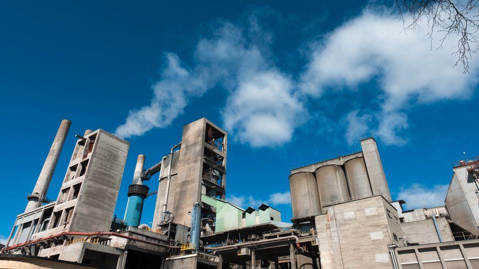 Leider immer noch dreckig: Investoren hegen Zweifel, ob der Zementhersteller den gewaltigen CO2-Ausstoß seiner Werke schnell genug senken kann