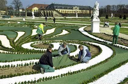 Gartenanlage in Hannover-Herrenhausen: Der Rasen wird per Flies gesät