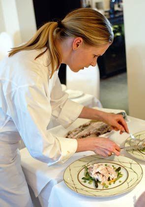 Weiblicher Geschmack:Bei der Hamburger Sterne-Köchin Cornelia Poletto dürfen nur Frauen an den Herd - der besseren Zunge wegen.