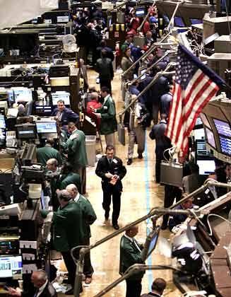 """Schnell rein, schnell raus: Geschwindigkeit ist für Hedgefonds entscheidend. Steve Cohen bewegt mit seinem Hedgefonds SAC Capital an guten Tagen 3 Prozent des Umsatzes an der Nyse und ist damit einer der """"Monstertrader"""" an der Wall Street. Cohen und sein Team nutzen winzige Preisunterschiede an einzelnen Handelsplätzen oder auch Gerüchte binnen Sekunden dazu, um massiv Aktien zu kaufen und wieder zu verkaufen. """"Arbitrage"""" nennt sich dieser Ansatz. Man nutze """"Ineffizienzen des Marktes"""" oder """"Informationsvorsprünge"""", heißt es vornehm. Wer Investmentbanken mit Handelsgebühren in Millionenhöhe versorge, bekomme im Gegenzug schon mal einen Tipp, """"Information Arbitrage"""", behaupten Kritiker. Bedenklich ist für viele vor allem das hohe Handelsvolumen und damit die wachsende Macht der Hedgefonds: Angeblich sind sie bereits für mehr als 30 Prozent des Handels an der Londoner Börse verantwortlich. Viel Geld in schnellen Händen."""