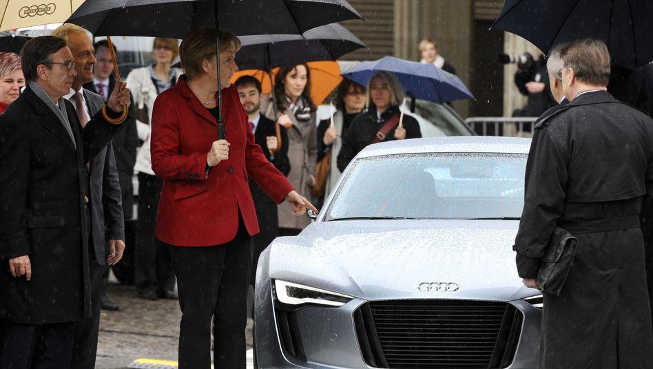 Bundeskanzlerin Angela Merkel neben einem Elektroauto von Audi: Große Ingenieurherausforderung