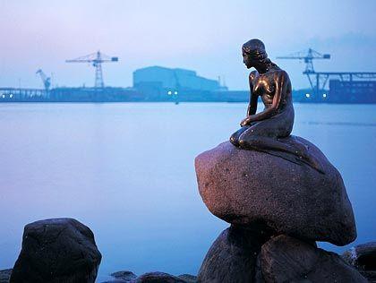 """Eine Sehenswürdigkeit Dänemarks: Die weltbekannte """"kleine Meerjungfrau"""" im Hafen von Kopenhagen."""