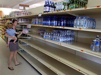 Reflexreaktion Hamsterkäufe: Sofort nach dem Stromausfall deckten sich viele New Yorker mit den wichtigsten Lebensmitteln ein. Mineralwasser war in vielen Geschäften in wenigen Minuten ausverkauft.