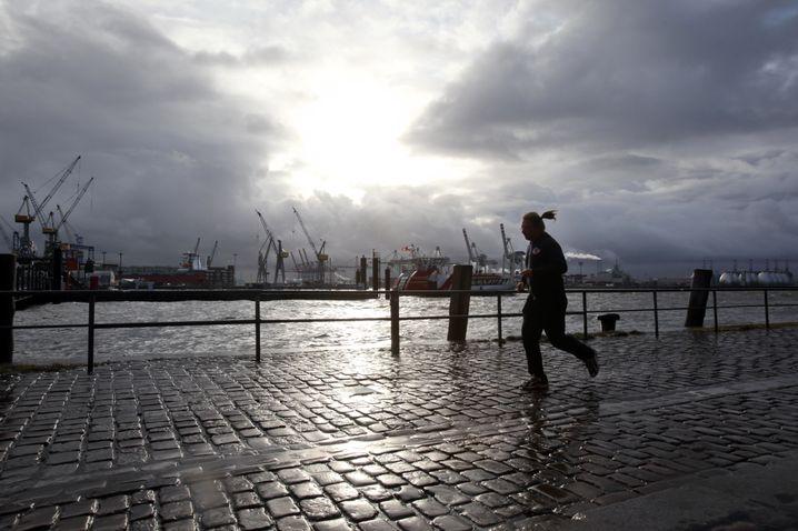 Es gibt kein schlechtes Wetter. Nur die falsche Kleidung. Wer mittags durch den Regen läuft, ist danach garantiert wach und erfrischt