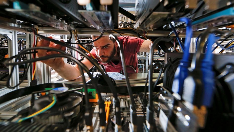 Ein Mitarbeiter arbeitet an Bitcoin-Mining-Computern in der Bitminer-Fabrik in Florenz