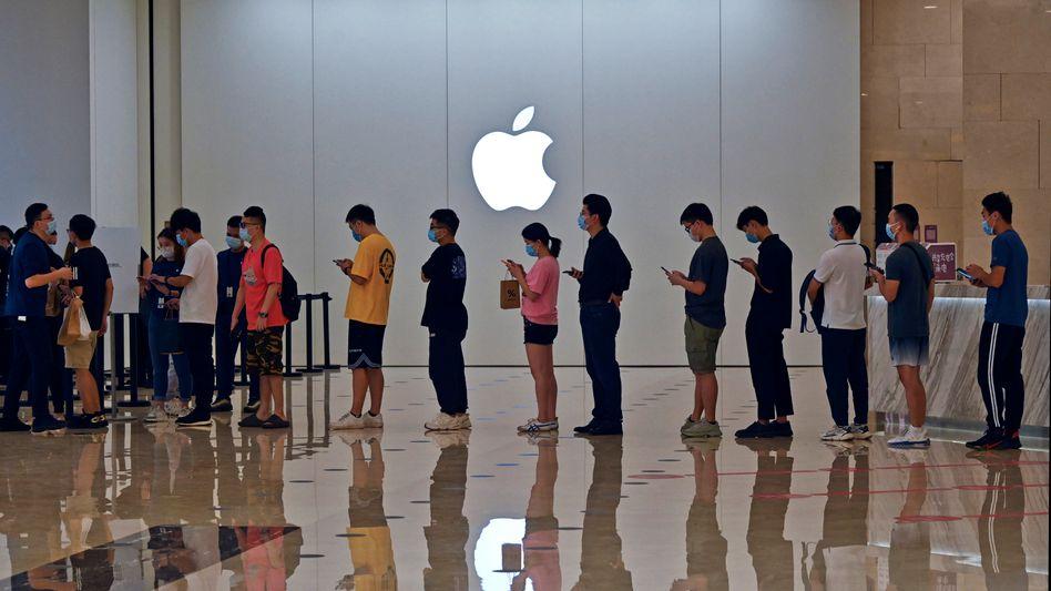 Anstehen für das iPhone 13: Die Schlangen wie hier vor einem Apple Store in China werden eher länger werden