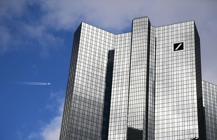 Die Deutsche Bank hat einige ihrer Manager darum gebeten, freiwillig auf ein Monatsgehalt zu verzichten.