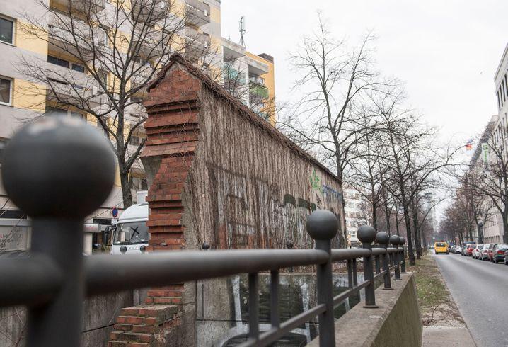 Verstecktes Relikt: In der Nähe des Anhalter Bahnhofs in Berlin findet sich dieser rekonstruierte Teil der früheren Stadtmauer auf dem Mittelstreifen einer Straße.