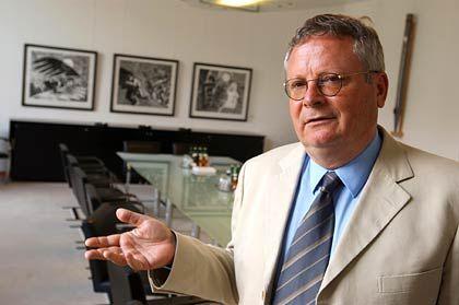 Wolfgang Nowak ist seit 2003 Leiter der Alfred-Herrhausen-Gesellschaft, dem internationalen Forum der Deutschen Bank. Zuvor fungierte das SPD-Mitglied als Planungschef im Bundeskanzleramt. In dieser Position war er an der Ausarbeitung des Schröder-Blair-Papiers beteiligt. Dieses hatte die Reform des Sozialstaats zum Inhalt. Nach der Bundestagswahl 2002 hatte der damalige Kanzler Gerhard Schröder den als Querdenker bekannten Nowak entlassen. Seine Abteilung wurde aufgelöst.