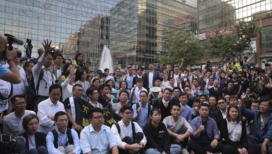 Hongkong: Neu gewählte, pro-demokratische Abgeordnete des Bezirksrats bei einer Versammlung in der Nähe der Polytechnischen Universität.