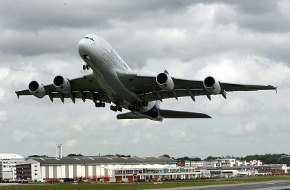 """A380 beim Start in Hamburg: Langstreckenflugzeuge sollen """"Les Echos"""" zufolge nur noch in Toulouse montiert werden"""