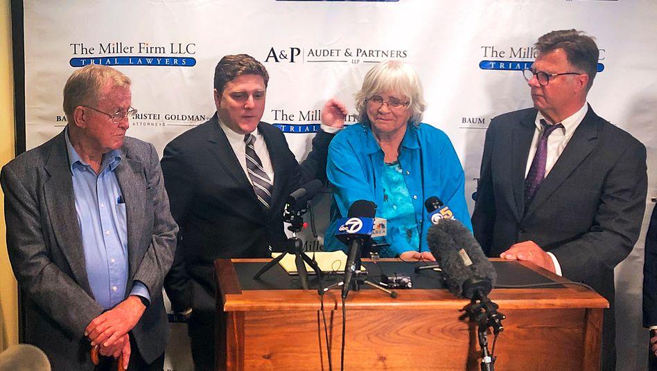 Alva Pilliod (links) mit Ehefrau Alberta Pilliod (3.v. l.) sowie Rechtsanwalt Brent Wisner und Rechtsanwalt Michael Miller (r.) auf einer Pressekonferenz, wenige Stunden nachdem ein US-Gericht Bayer zu Schadenersatz in Höhe von insgesamt über zwei Milliarden Dollar an die beiden Kläger verurteilt hat.