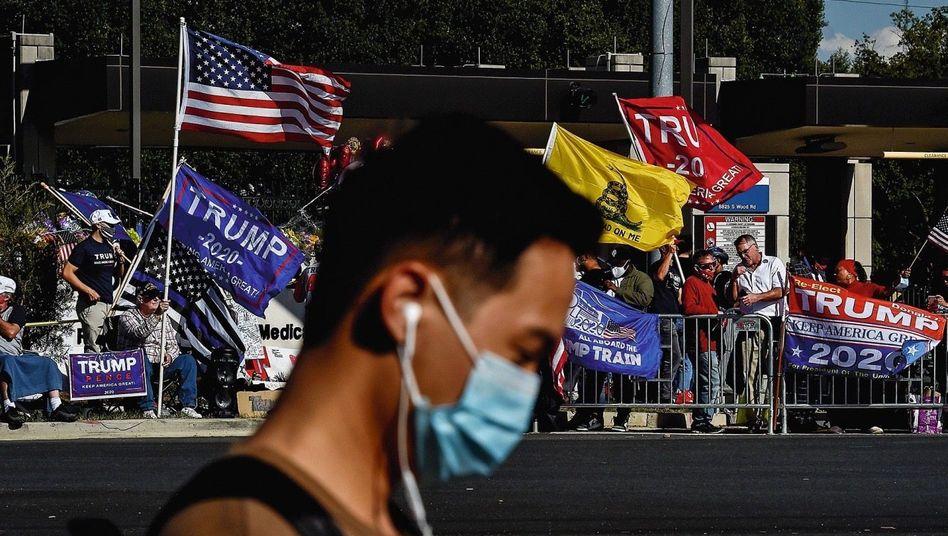 Twin-Peaks-Modell:Die US-Gesellschaft ist tief gespalten, erst recht im Wahlkampf. Ohne echte Mitte aber keine Demokratie.