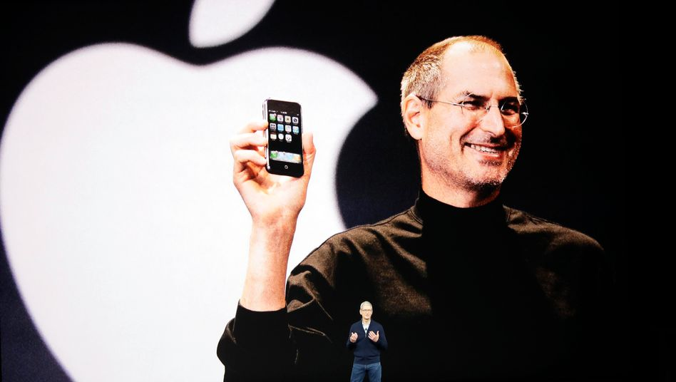 Apple-CEO Tim Cook vor einem Porträt des Gründers Steve Jobs