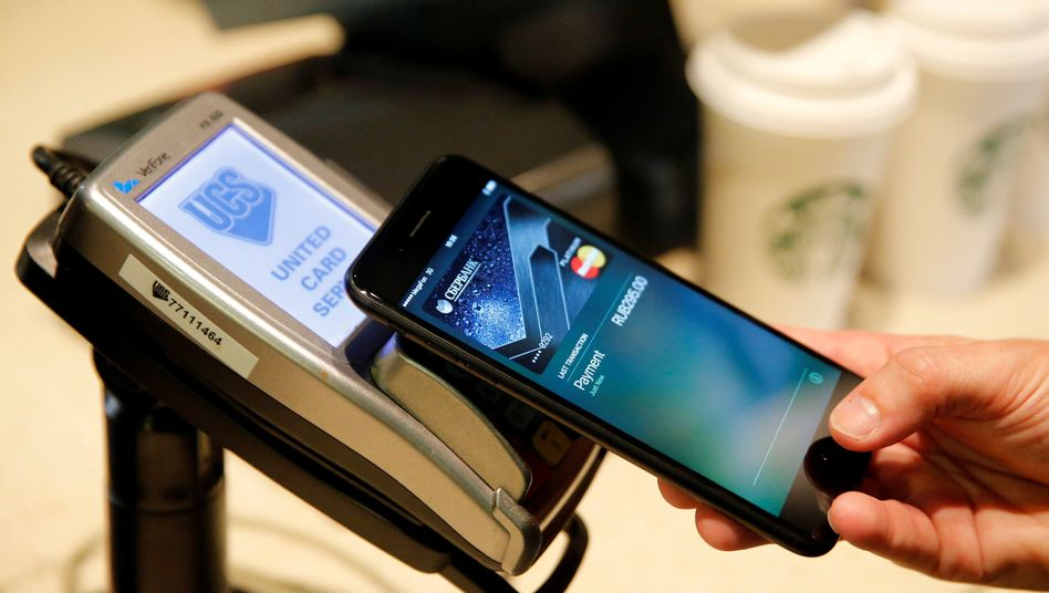 A man uses an iPhone 7 smartphone to demonstrate the mobile payment service Apple Pay at a cafe in Moscow, Russia, October 3, 2016. Picture taken October 3, 2016. REUTERS/Maxim Zmeyev - RTSQMK8