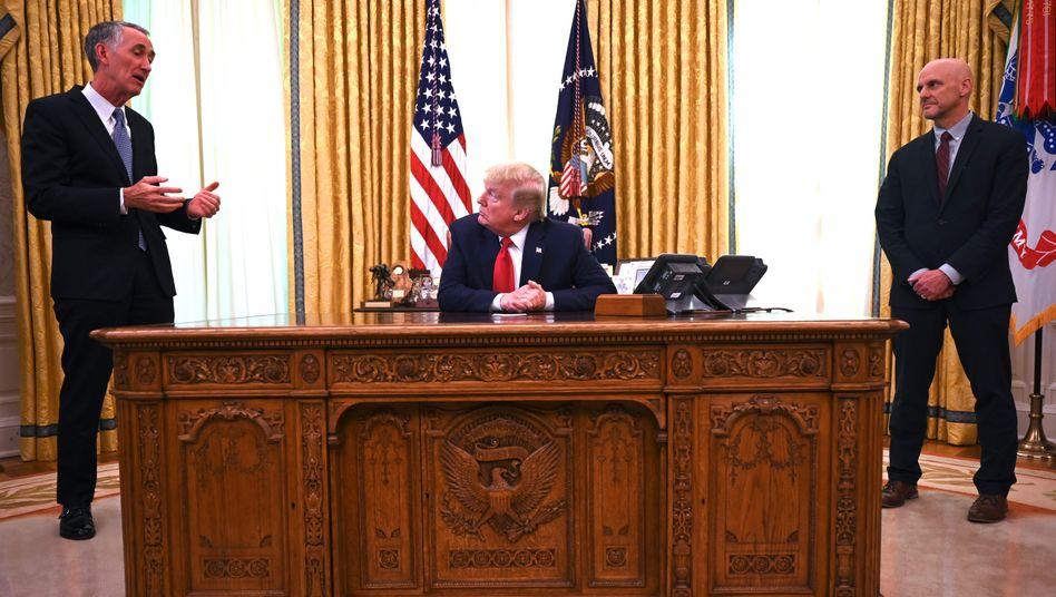 Glänzender Verkäufer seiner selbst: Gilead-Chef Daniel O`Day (l.) hat Anfang Mai das Ohr von US-Präsident Trump.