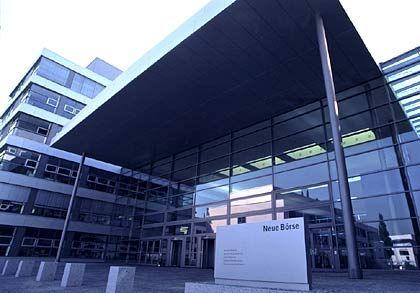 Bitte nicht stolpern: Kleine Steinstelen geben der neuen Börsen-Zentrale den Hauch einer künstlerischen Note. Errichtet wurde der Gebäudekomplex nach den Plänen des dänischen Architektenbüros Vola.