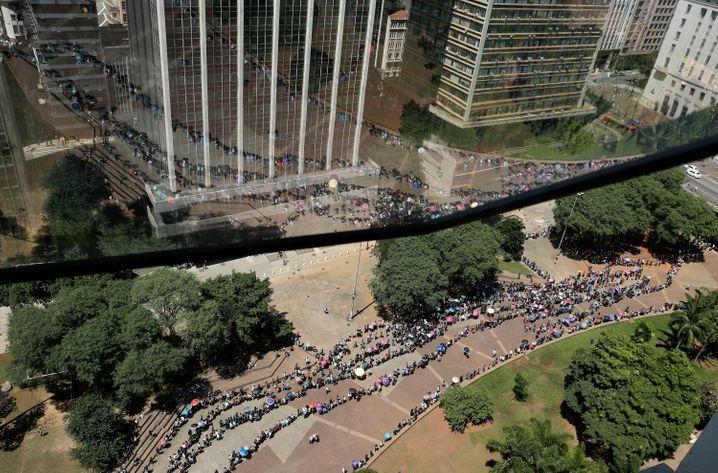Schlangen vor Jobmesse in Sao Paulo