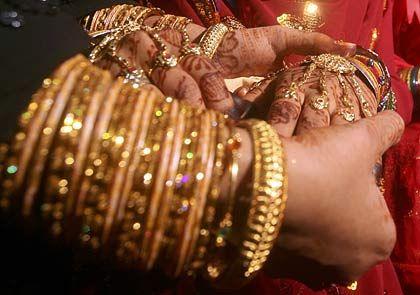 Indische Massenhochzeit: Möglichst alle freien Hautpartien der Braut sollen mit Gold bedeckt sein - das kurbelt die Nachfrage an
