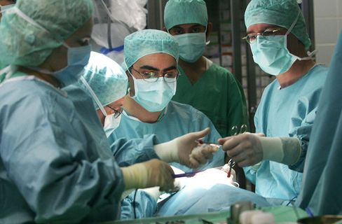 Teamarbeit: Ärzte bei einer OP in Marburg