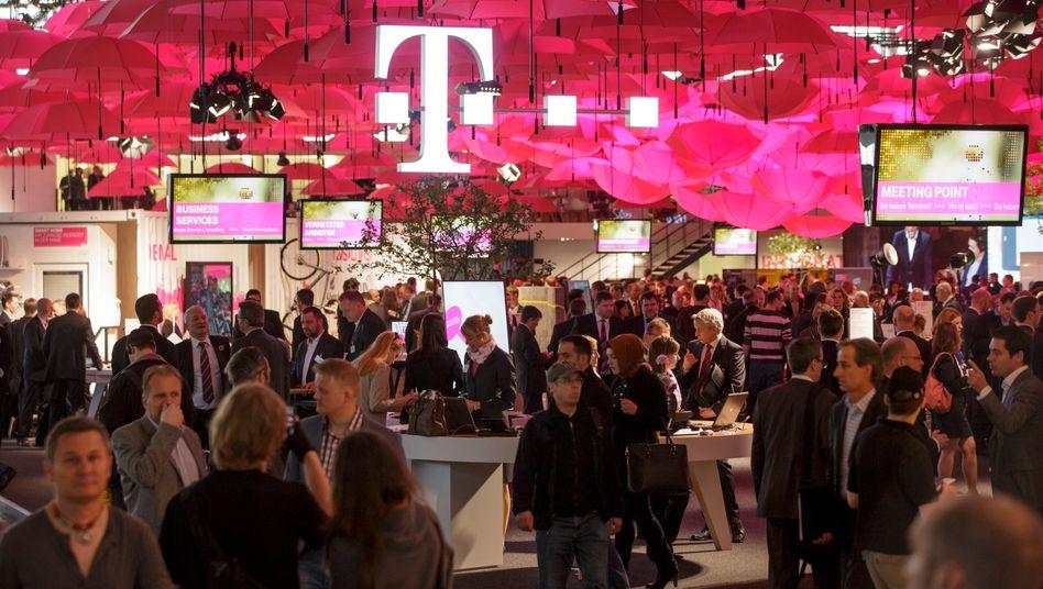 Telekom-Messestand auf der CeBIT: Die Telekom stellt unter anderem einen Koffer vor, der mit SIM-Karte ausgerüstet ist und unabhängig vom Besitzer befördert werden kann
