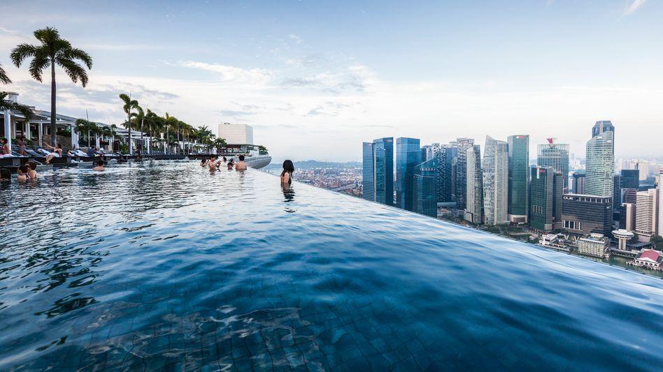 """Obenauf: Ob Luxushotel, wie hier das """"Marina Bay Sands"""" in Singapur, oder simple Bleibe – Booking.com hat den globalen Übernachtungsmarkt im Griff."""