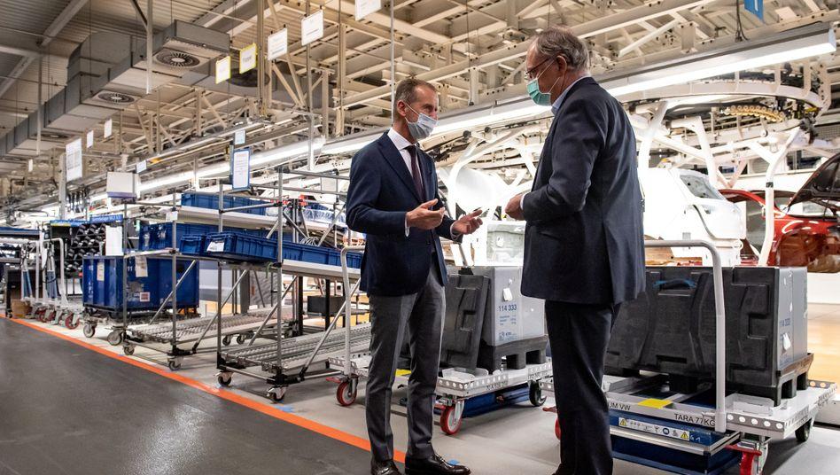 Im Griff der Krise: VW-Chef Herbert Diess (links), hier mit Niedersachsens Ministerpräsident Stephan Weil