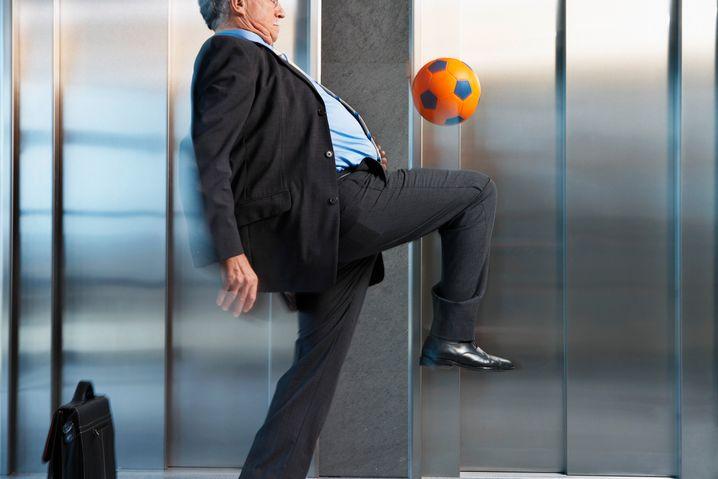 Fußball im Fahrstuhl: Bereiten Sie sich mit Gedankenspielen auf ungewöhnliche Situationen vor - so werden Sie deutlich entspannter
