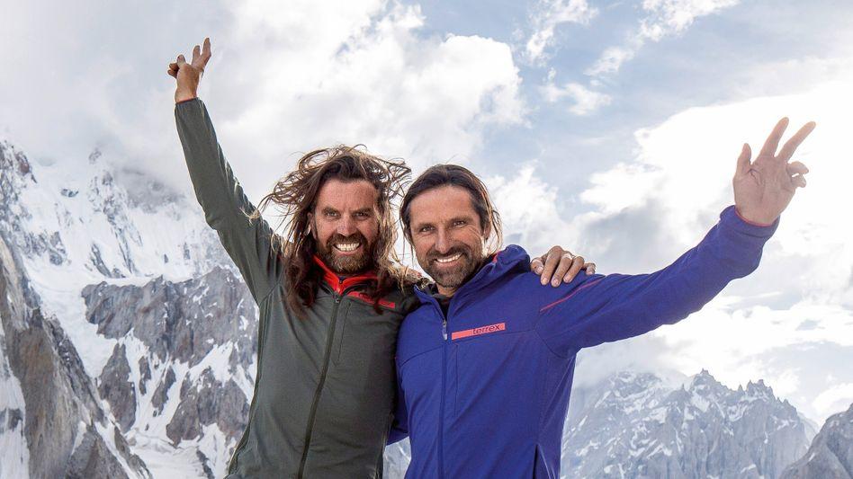 "Thomas (L.) und Alexander Huber (""HUBERBUAM"") im ChoktoiBasislager auf 4200 Meter Höhe im Karakorum im Norden Pakistans"
