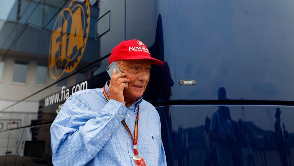 NIki Lauda (66) war in seiner ersten Karriere als Rennfahrer drei Mal Weltmeister in der Formel 1. 1976 wurde er bei einem Unfall auf dem Nürburgring schwer verletzt, stieg aber bereits einen guten Monat später erneut ins Cockpit. 1979 gründete Lauda seine erste Fluglinie Lauda Air, die er 2002 an die Austrian Airlines verkaufte. Auch seine zweite Airline Niki machte der Unternehmer wenige Jahre später zu Geld. Seit 2012 ist Lauda Aufsichtsratsvorsitzender des Mercedes-Teams der Formel 1, an dem er mit 10 Prozent beteiligt ist.