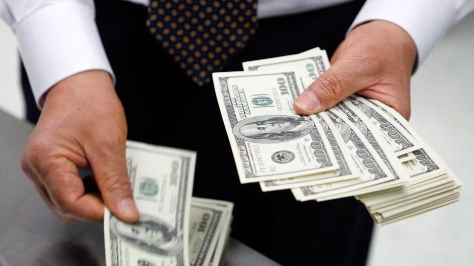 Kunden am Bankschalter: Kein Vertrauen in die europäischen Institute