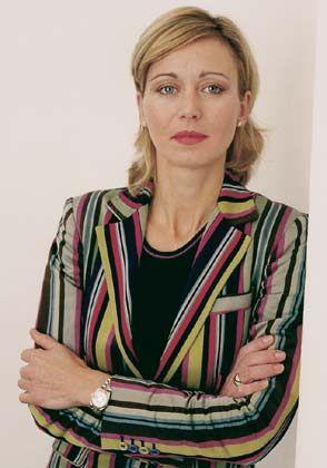 """Neli Genowski: Kauffrau und Inhaberin einer Weinhandlung in Berlin, ist verliebt in schöne Dinge und gibt sorgsam Acht auf ihr Äußeres. Das unterstreicht sie durch erlesenen Schmuck - möglichst mit Brillanten - und modische Accessoires, wie etwa die bunten Handtaschen aus dem italienischen Fashion-Haus Etro. Sie erfährt die Zeit vom Damenmodell einer Rolex """"Oyster Perpetual"""" und fliegt mit Billigairlines in den Urlaub, sie isst gern bei Sterne-Köchen und kauft ihre Lebensmittel beim Discounter. Sie sagt: """"Ich gebe nur Geld für Dinge aus, die mir wichtig sind."""""""