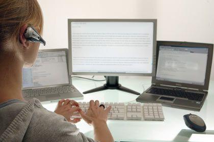 Weniger ist mehr: Headsets für die Internettelefonie bieten oft eine bessere Sprachverständlichkeit, wenn sie nur für ein Ohr ausgelegt sind