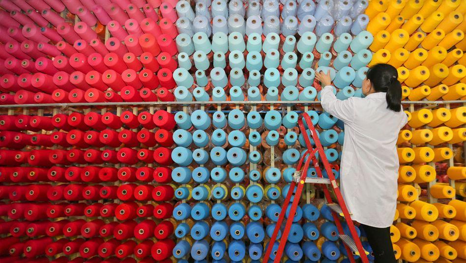 Qualitätskontrolle in Textilfabrik: Chinas Industrieproduktion schnellte im ersten Quartal gegenüber dem vom Lockdown gezeichneten Vorjahreszeitraum um fast ein Viertel in die Höhe