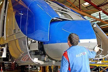 In Deutschland sparen: Alstom-Arbeiter am französischen Hochgeschwindigkeitszug TGV