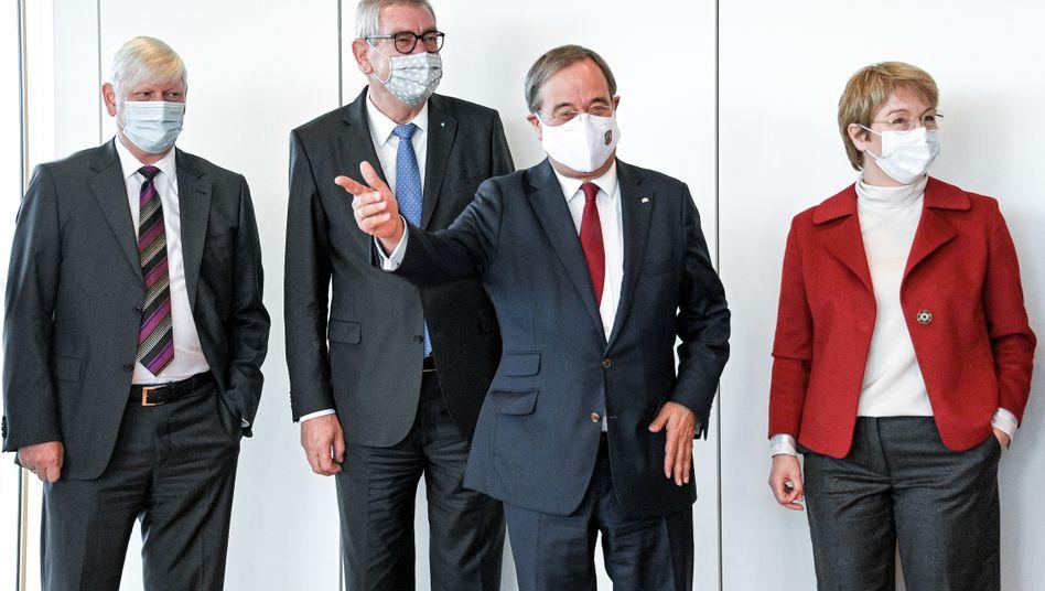 NRW-Ministerpräsident Armin Laschet (2. v.l) mit Thyssenkrupp-Chefin Martina Merz (rechts): Zusammen mit RWE-Chef Martin Schmitz (links) kamen sie kürzlich zu einem branchenübergreifenden Wasserstoff-Spitzentreffen zusammen
