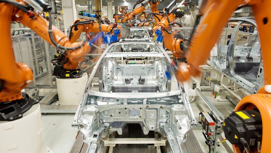 Digitaler Dinosaurier:Das jahrzehntealte Presswerk von Volkswagen in Wolfsburg ist schon an die Industrial Cloud angeschlossen. 124 Fabriken will der Konzern bis 2025 vernetzen.