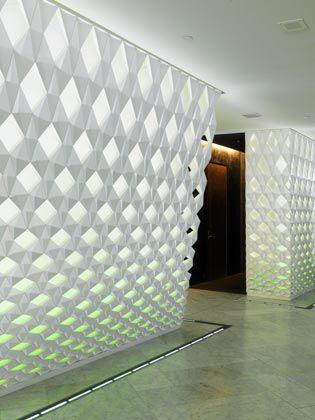 Kristalline Strukturen: Die Foyerwände gestaltete der dänisch-isländische Künstler Olafur Eliasson