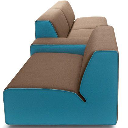 Flächige Farbigkeit:Muster finden sich bei den neuen Sofas so gut wie gar nicht mehr - stattdessen wird wie hier mit betonten Nähten und Kontrastfarben gearbeitet.