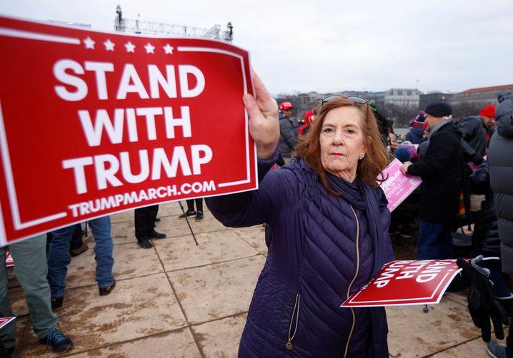 """""""Steht zu Trump"""": Anhängerin am Weißen Haus"""